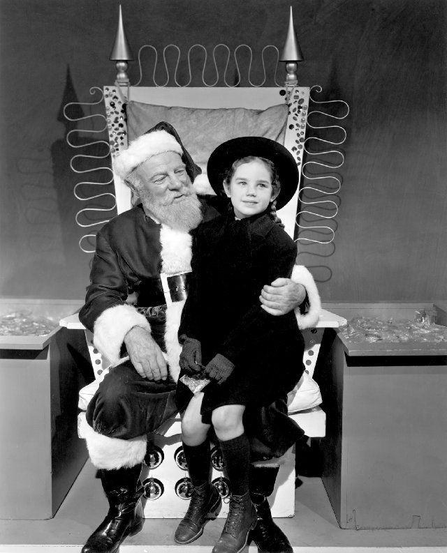 One of my favorite scenes in the movie-when Kris sings with the Dutch refugee. Love Miracle on 34th Street!