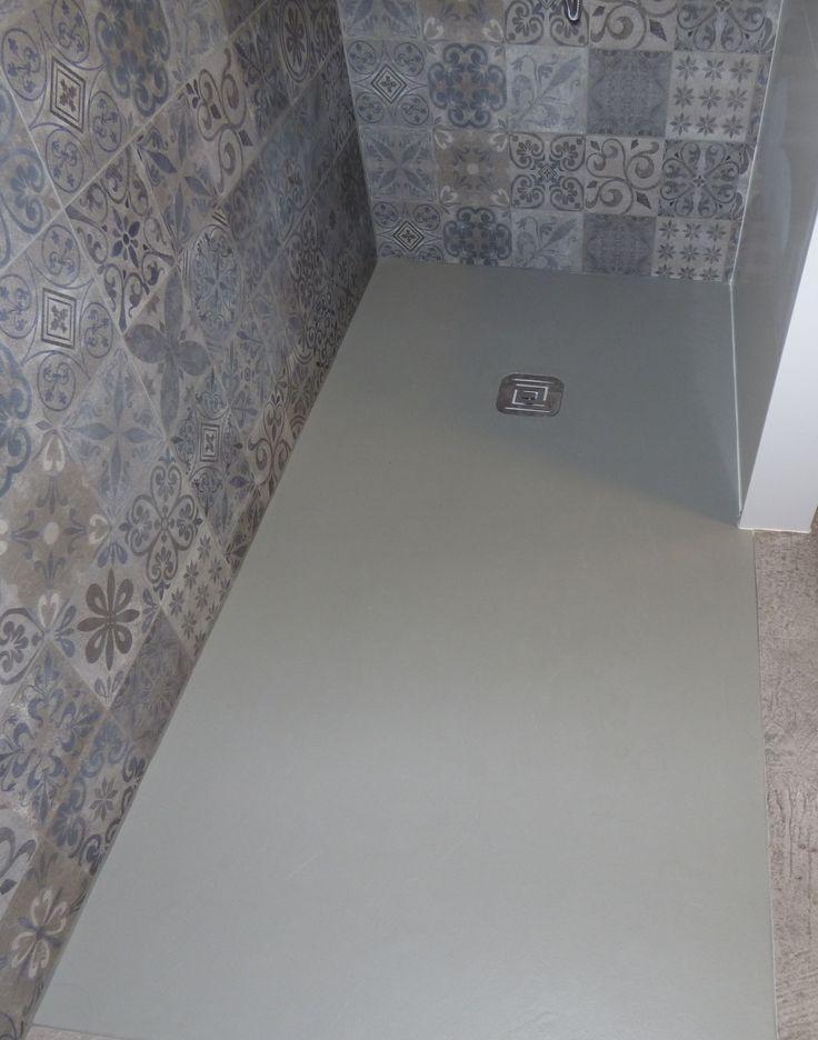 Plato de ducha de resinas enrasado en el pavimento