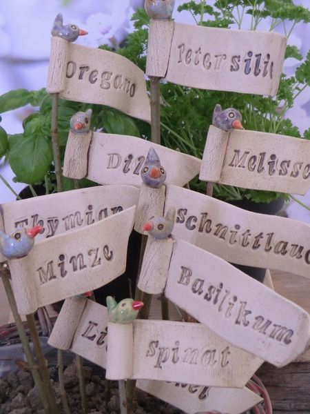 Eine tolle Idee. Pflanzen- & Gartenstecker - Kräuterfähnchen - ein Designerstück von Atelier-Keramixx bei DaWanda