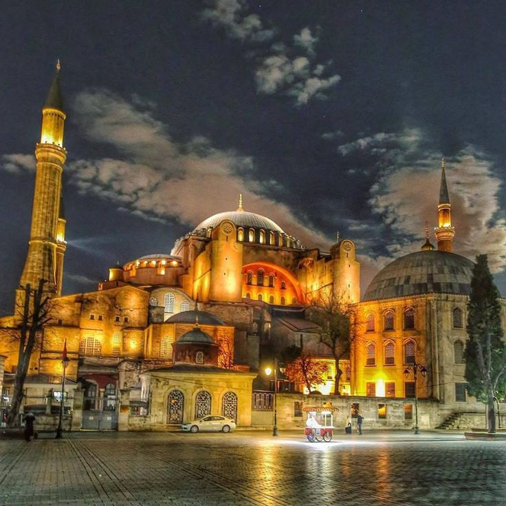 An enchanting view as the Hagia Sophia lights up the night sky!