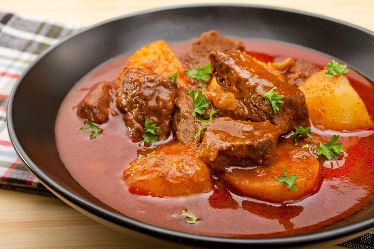 Ungarisches Gulasch … als Römertopf Rezept!  Der gute alte Römertopf – weckt er bei Ihnen auch so schöne Kindheitserinnerungen wie bei mir?   http://einfach-schnell-gesund-kochen.de/ungarisches-gulasch-als-roemertopf-rezept/