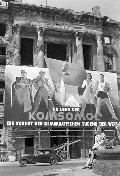 1950 Ostberlin mit kommunistischer Propaganda geschmueckt-Hier ein Plakat am Stadtschloss