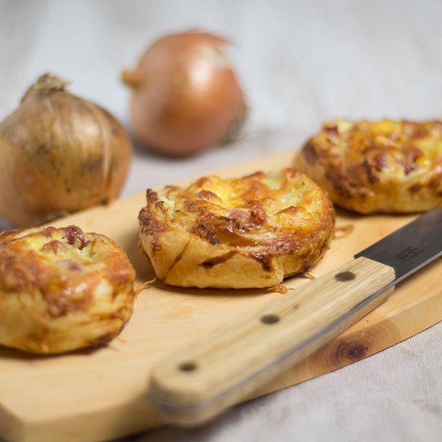 Auf dem Blog findet ihr ganz frisch Flammkuchenschnecken Elsässer-Art. Die sind nicht nur unglaublich einfach gemacht sondern auch total lecker! Mögt ihr auch so gerne Blätterteig wie wir? Was macht ihr damut? #blätterteig #schnecke #backen #baking #foodie #instafood #foodblogger_de #gernekochen #foodies #rezeptebuchcom #ichliebefoodblogs #photooftheday #pictureoftheday #bestoftheday #recipes #rezept #tasty #yummy #lecker