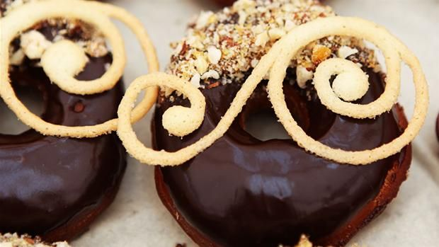 Doughnuts med hasselnøddekrokant Denne doughnut er for enhver chokoladeelsker.