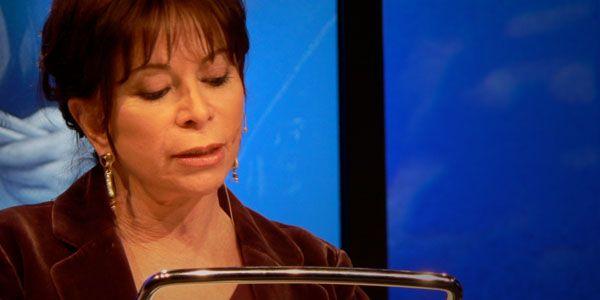 La transformación del lenguaje corporal de Isabel Allende en dos presentaciones separadas por siete años como ejemplo de lo que tú puedes conseguir.