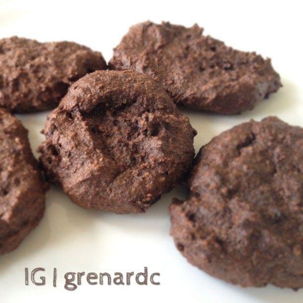 [ @ ] grenardc Galletas de Chocolate Batir 2 claras + 2 cdas de linaza molida (previamente remojadas en 3 cdas de agua) + 2 cdas de harina de almendras + 2 cdas de harina de coco (coco molido/rallado) + 2 cdas de cacao en polvo sin azúcar + Edulcorante al gusto. Queda una pasta espesa. Colocar con una cucharilla en una bandeja y hornear a 180 ° por 15 minutos. Deben salir 6-8 galletas pequeñas.