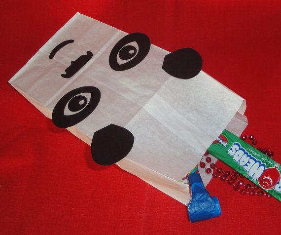 Hecho a la medida - conjunto de 10 a mano Panda diseño partido favor tratar sacos para el cumpleaños de su hijo Panda, asiático, Chino, selva, zoológico o Kung Fu!  Las bolsas son de color blancas y están hechas de papel. Las medidas son aproximadamente 10(más corto cuando está plegada) de 5 de 3 1/2. La imagen se construye con papel de cartulina. Se rellena con golosinas y chucherías para los invitados de la fiesta. (Trata en foto no incluido).  ¿Necesita más de 10? Por favor convo para…