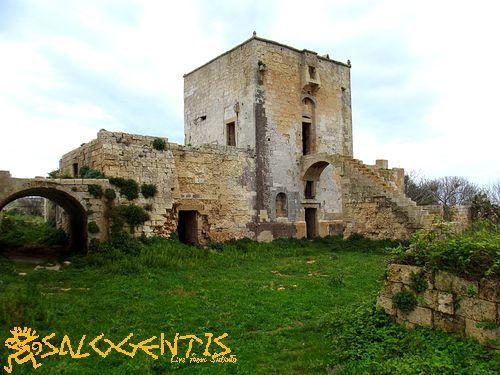 """Masseria Cippano (Uggiano La Chiesa). Antica masseria fortificata dotata di accesso con ponte levatoio. E' stata scelta da Ferzan Ozpetek per girare alcune scene del film """"Mine Vaganti"""", interamente ambientato nel Salento."""
