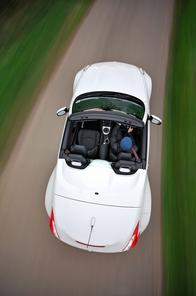 Supreme performance doesn't have to come at an expensive price. The Nissan 370Z Convertible is the living, revving proof of that.