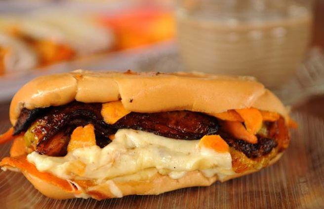 Café da manhã reforçado, com um x-caboquinho; pão, queijo coalho, tucumã e banana pacovan frita...Calórico sim, mais uma delícia!!!