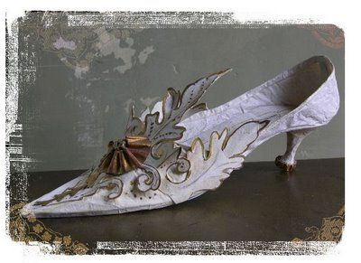The images throughout this are amazing.  I wish I could understand what they were saying...sigh... les pieds d'une reine…Paper shoes By Missclara