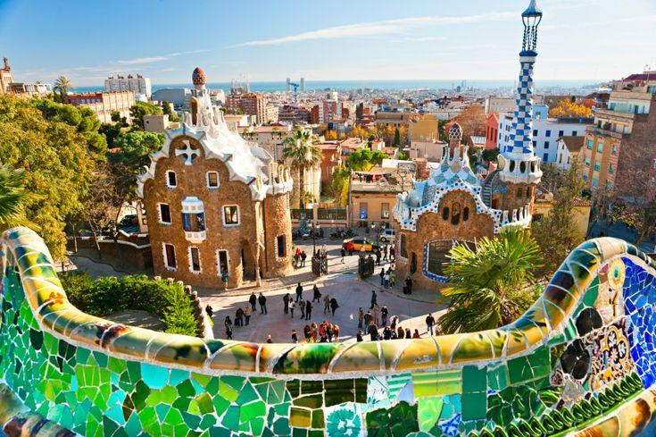 El Parque Guell es un parque publico con jardines y elementos arquitectonicos