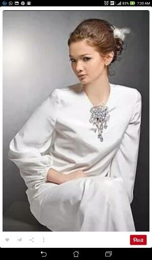 White pearl kebaya with accessories make a lady like last malay woman ever its amazing.