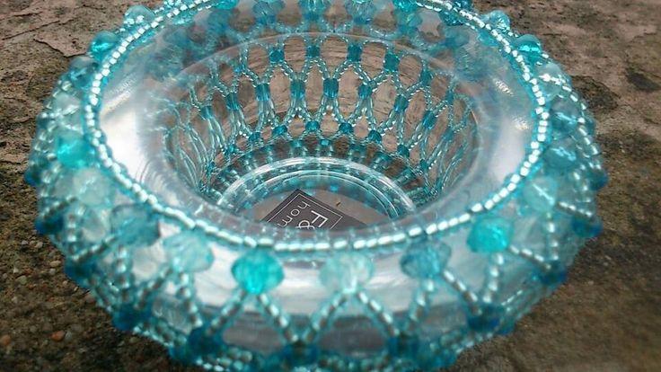 Korálkový+svícinek+v+modré+č+2+Modrý+svícínek+na+čajovou+svíčku.+Kalíšek+je+obšitý+mřížkou+z+rokailu+doplněnmodrými+akrylovými+korálky+.