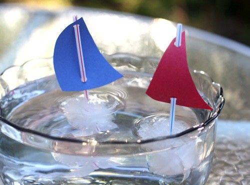 Ijszeilbootjes maken: eerst ijsklontjes maken met de kinderen, vergeet het rietje niet. Om ze recht te houden kun je een kartonnetje met gaatjes er boven zetten. Kijk regelmatig met de kinderen of het water al bevroren is. Daar leren de kinderen van; begrippen als smelten, vriezen, ontdooien. Maak er zeilbootjes van en doe ze in water. Hé, wat er gebeurt er nu?