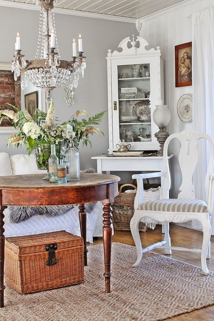 Nordic living with lots of white and beautiful vintage details.