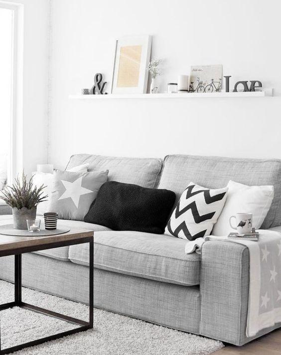estilo escandinavo na decoracao da sala de estar. decoração escandinava. decoração nórdica. sala com sofá cinza. almofadas coloridas. sala minimalista. sala de visita com decoração simples.