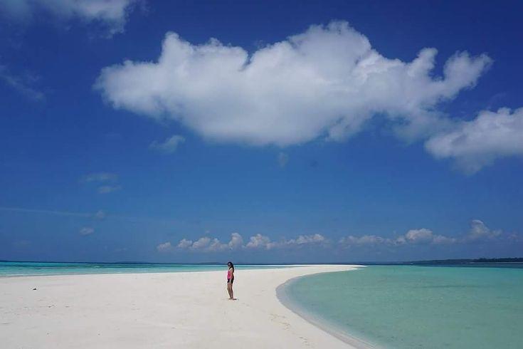 Sensasi berjalan di tengah lautan dengan hamparan pasir putih dan air laut yang jernih bisa kamu ditemukan di Pantai Ngurtavur. Pantai ini memiliki keunikan tersendiri yang mungkin tidak dapat #SobatJalan temukan di Pantai lainnya yaitu Pantai Gosong sepanjang 2 km dan lebar 7 meter yang membelah laut menjadi dua.  Yukk rencanakan liburan ke sini, mention teman yang mau kamu ajak! . . Next Trip Kepulauan Kei, Maluku Tenggara. 29 Maret - 1 April  28 April - 1 Mei 10 - 13 Mei WA 082213546018