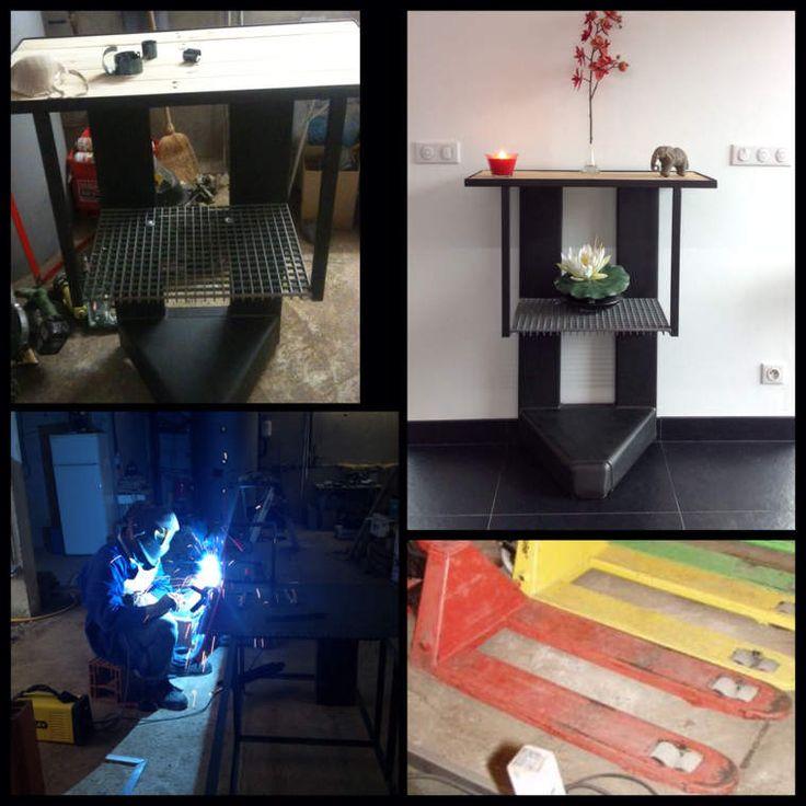 Quand ton homme décidé de transformer un vieux transpalette HS en console pour notre salon ! Matériaux utilisés : - un transpalette (recupe) - du caillebotis (recupe) - des planches de palettes (recupe) - 2 barres de fer - peinture antirouille noire mat...