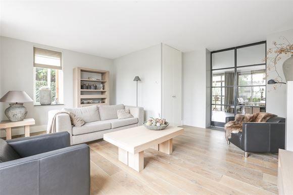 Deze jonge luxe afgewerkte helft van een dubbel woonhuis met ruime garage is op een rustige locatie gelegen. Aan de voorzijde is de woning toegankelijk middels een voetpad en aan de achterzijde is de woning gesitueerd aan een rustig plein met voldoe...