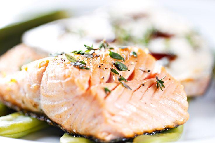 Receta facilísima de salmón al horno a las finas hierbas. Una plato lleno de sabores y muy sano. Apunta los ingredientes y verás que fácil es cocinarlo.