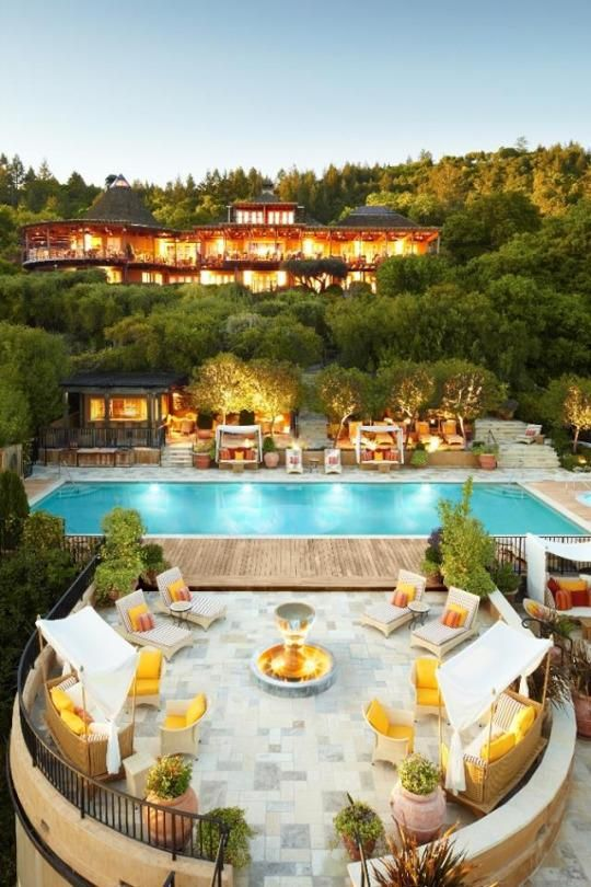 The riviera-styled Auberge du Soleil is one of the valley's premier properties, with the best view in town, looking towards plush hills, barn-red farmhouses, and the purple and pink of dusk.