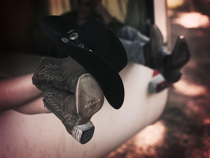 """El lenguaje de los sombreros. Significado de la posición nº 3: (calado sobre la puntera de la bota derecha) """"Me voy a Memphis el jueves a las seis de la tarde"""". O también: """"Tengo una plaza libre en mi Harley Breakout de color negro"""". #Sendra #Lookbook #Biker #Cowboy #Trend"""