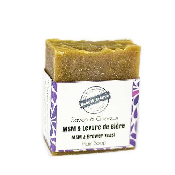 Le shampoing solide avec levure de bière et MSM est formulé pour laver délicatement les boucles et favoriser la pousse des cheveux crépus.