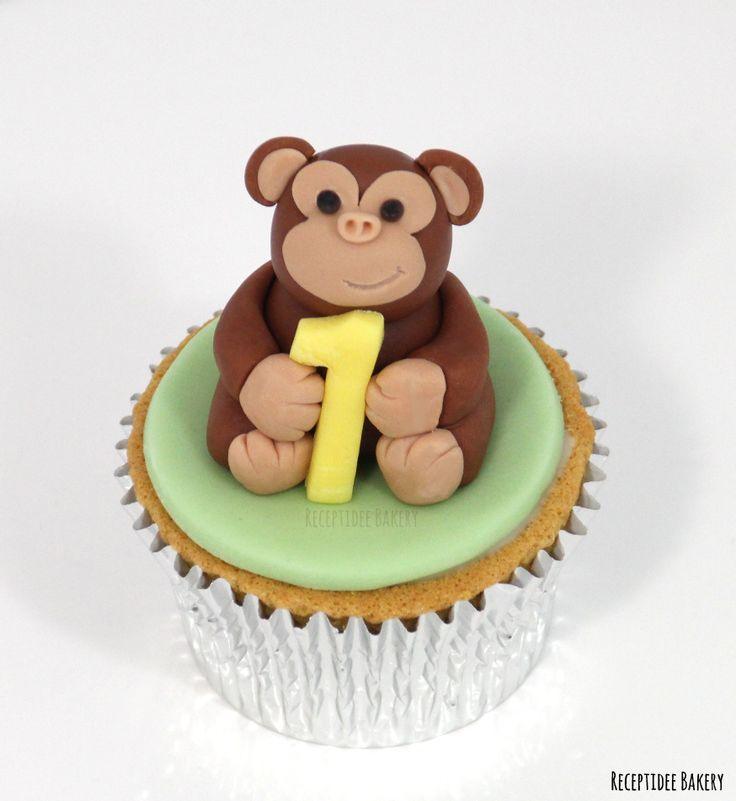 Mini cupcake voor Jim   Van harte gefeliciteerd met je verjaardag!  http://bakery.receptidee.nl #safari #birthdaycake #birthday #verjaardag #verjaardagstaart #vanille #vanillecake #fondant #monkey #aap #giraffe #zebra #leeuw #lion #palmboom #customcake #safaricake #safaritaart
