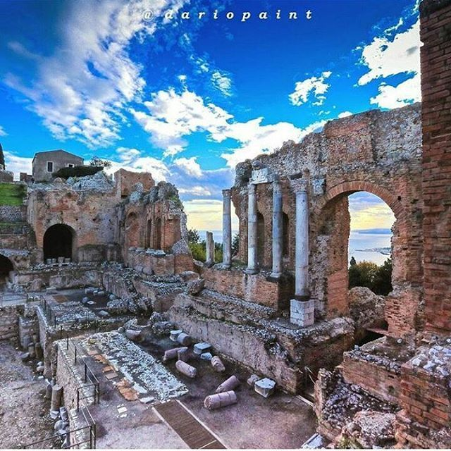 """... And could travellers eternally enjoy together with the gorgeous genius of this Philosopher King the magnificence of Greeks ..."" "" da ""Viaggio per tutte le antichità della Sicilia"" di Ignazio Paternò Castello Photo by@dariopaint #Taormina #Archeologia #visitsicilyinfo"
