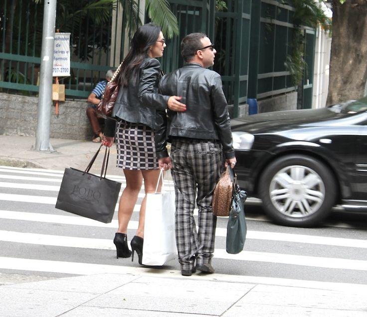 Os dois de jaqueta de couro preta, os dois com complementos xadrez. Os dois prints são lindos! Qual você gosta mais?
