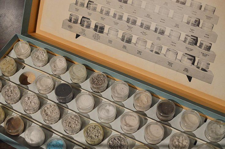 Näyttelyssä on esillä ostolannoitteita, joita esiteltiin viljelijöille pienissä näytelaatikoissa. Luuppi, Oulu (Finland)