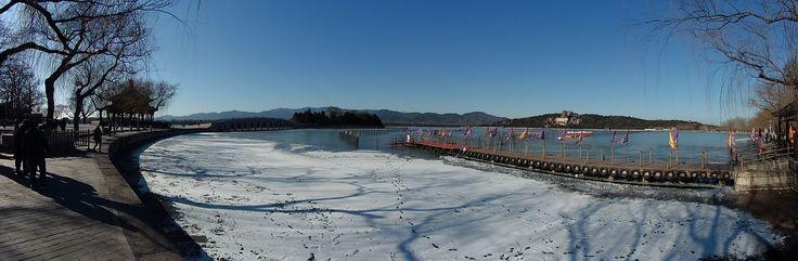 """Kesäpalatsi, keisarillinen lomapaikka - kauniita järviä, puutarhoja ja palatseja Pekingin ulkopuolella. UNESCOn maailmanperintöluettelo: """"kiinalaisen puutarhataiteen mestariteos. Kukkulat ja vesi yhdistettynä paviljonkeihin, palatseihin, temppeleihin ja siltoihin muodostaa harmonisen ja esteettisen kokonaisuuden"""". Kunming Lake on tekojärvi."""