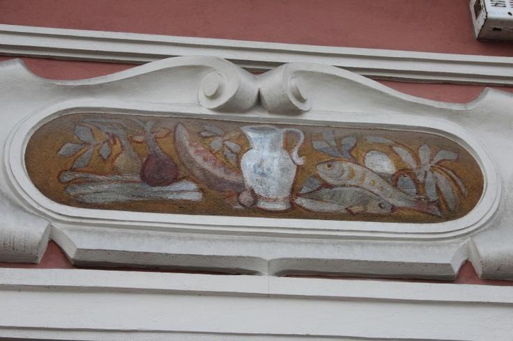 Jeden z wielu atrakcyjnych ornamentów kamienic na Starym Rynku.