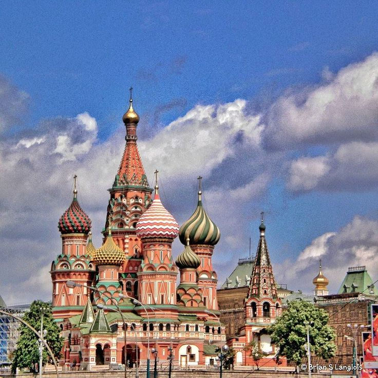 Hard to believe that 8 years ago today I stood here and took this picture.  Россия я скучаю по тебе! __________________________ #continuous_journey #kremlin #redsquare #ig_moscow #ig_russia #photooftheday #Picoftheday #Travel #wdestinations #moscow #russia #stbasilscathedral