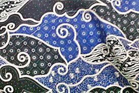 Kesenian batik adalah kesenian gambar di atas kain untuk pakaian yang menjadi salah satu kebudayaan keluaga raja-raja Indonesia zaman dulu. Awalnya batik dikerjakan hanya terbatas dalam kraton saja dan hasilnya untuk pakaian raja dan keluarga serta para pengikutnya. Oleh karena banyak dari pengikut raja yang tinggal diluar kraton, maka kesenian batik ini dibawa oleh mereka keluar kraton dan dikerjakan ditempatnya masing-masing.