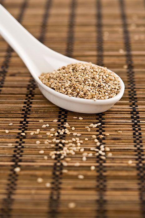 Sezam patří mezi nejzdravější semínka. Obsahuje velké množství vápníku a dalších minerálů a také množství vitaminu B1. Patří k semínkům, která mají vysoký obsah tzv. ochranných rostlinných látek (fytosterolů), posiluje imunitu a působí proti zhoubnému bujení. Nejlépe chutná lehce opražený na pánvi.