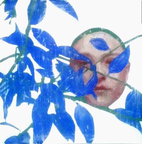 Ritratto con foglie blu