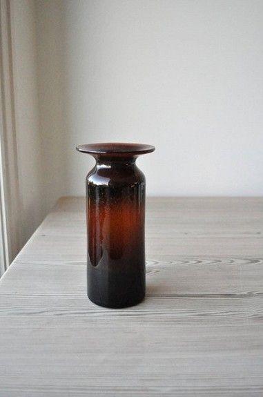 Brun, slank glassvase av Richard Duborgh fra Plus, 70-tallet. 18 cm høy og 9 cm i diameter. Syremerket. kr 750,-