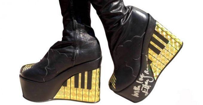 Elton John pone en subasta sus botas autografiadas