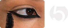 Основной акцент в образе – яркий макияж глаз. Макияж лица и губ выполнен в золотых и бронзовых оттенках и идеально подчеркивает тематику коллекции Nicholas K Весна 2015, посвященной пустыне Сахара.