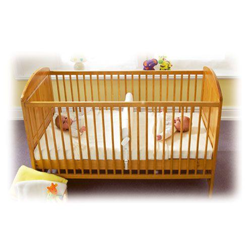 Idéal pour des jumeaux, le reducteur permet de partager un lit bébé en 2 et ainsi de faire dormir chaque enfant dans un espace bien avec lui avec l'encombrement d'un seul lit !