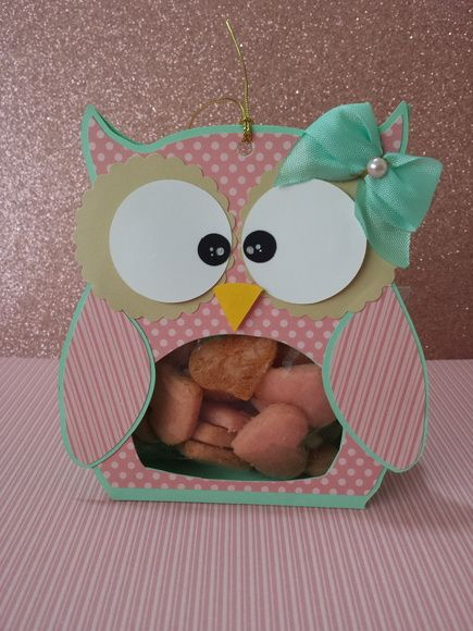 A caixa acompanha bolachinhas artesanais de leite em formato de coração, embaladas em saquinhos de celofane.