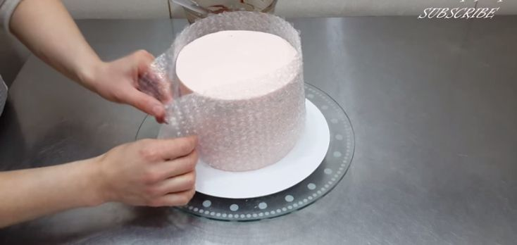 bolha bolo envoltório | She Wraps Bubble Wrap Around a Cake. What She Creates is Stunning!