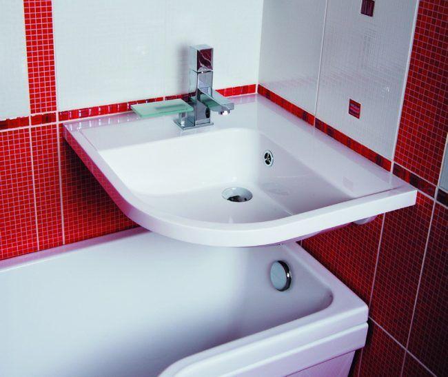 Умывальник, размещенный на ванной - еще один прекрасный способ экономии пространтсва