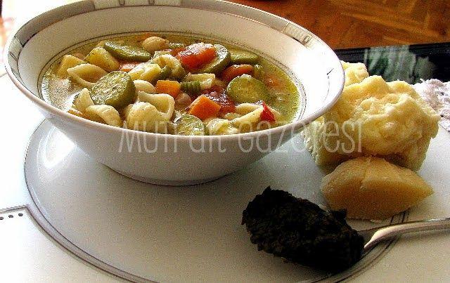 İtalyan sebze çorbası olan minestrone farklı sebze kombinasyonlarıyla da yapılabilir. Biz size en yaygın kombinasyonu tarif etmek ...