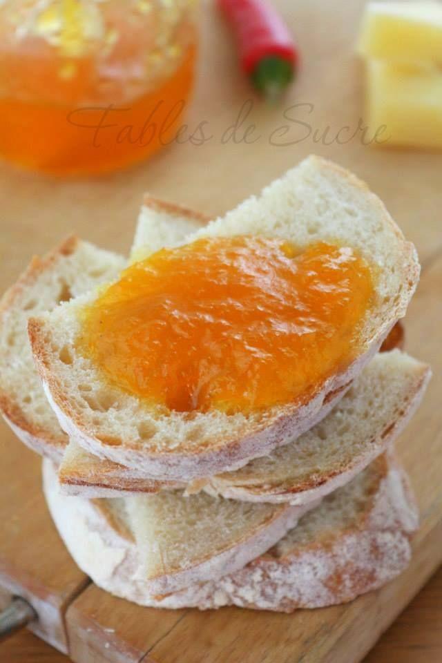 Marmellata di peperoni e peperoncino. Insolita, tremendamente buona, dal carattere piccante. Non riuscirete a smettere di mangiarla abbinata a dei formaggi.
