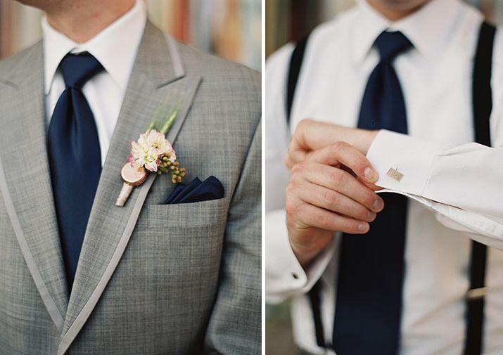 Traje gris con corbata y tiradores azul marino con botonier en color melocoton