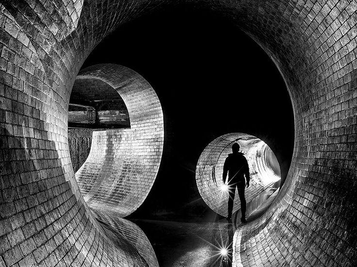 L'antica metropolitana Fotografia di Mike Deere , National Geographic Your Shot  L'incrocio tra il fiume Westbourne, che è stato assimilato nella rete fognaria Londra durante la sua costruzione nel 19 ° secolo, e la diramazione fognaria Ranelagh Storm.