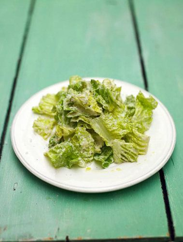 """Как приготовить салат Цезарь на легкий лад Как приготовить салат цезарь, знают многие… или почти все! Но как приготовить салат цезарь на легкий лад, расскажет Джейми, салат """"по его версии"""". Джейми уверен, что с его заправкой, салат цезарь намного легче! Он уверен, что для салата подойдут все виды салата... Заправка – ключевой элемент, но надо осторожно заправлять, чтобы не """"задавить"""" салат."""